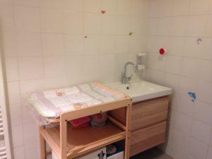 Il Bagno dei Piccoli: Il Fasciatoio e lavabo.